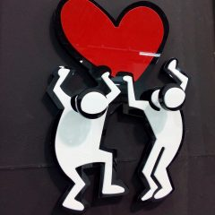 "APPENDIABITI ""LOVE"" KEITH HARING INSPIRED DIM. l.23xh.31cm CON 2 POMELLI IN PLEXIGLASS COLORATO"